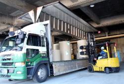 荷の取り扱いに注意しながらの出荷作業
