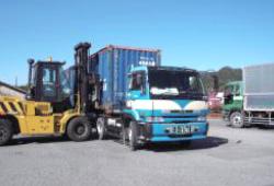 場内倉庫や近隣倉庫への輸送業務
