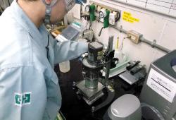薬品サンプルを採取・分析する作業員