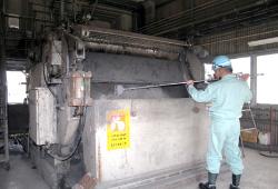 洗浄設備の運転・点検・メンテナンスする作業員